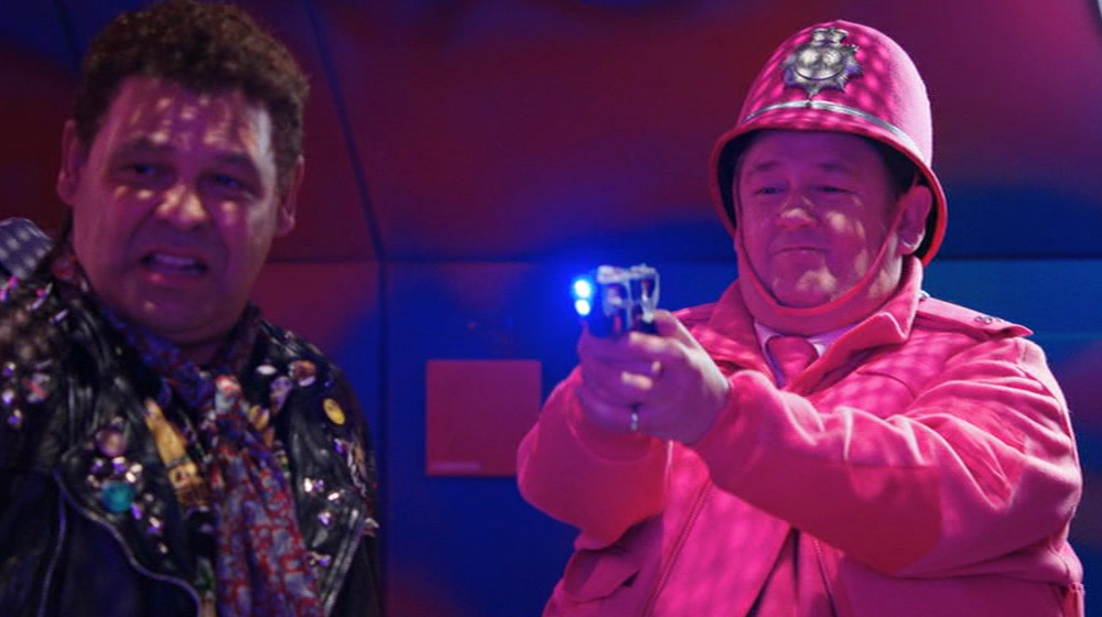 Johnny Vegas pointing a gun